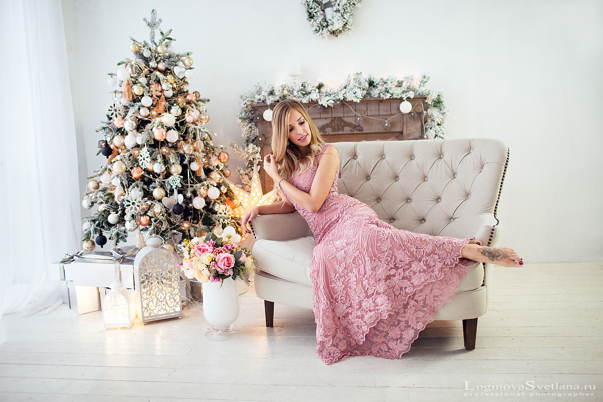 0606ca156d6e8 Портрет красивой девушки в полный рост на диване выбирает одежду для  профессиональной фотосессии в студии в